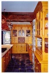 Armoire de cuisine en bois teint pour maison ancestrale