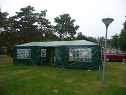 Partytent staat