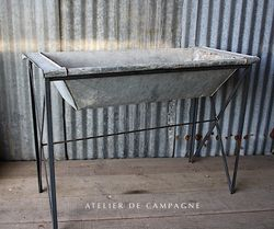 #29/002 METAL TROUGH ON STAND