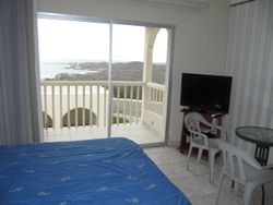 Dormitorio con TV, balcon y vista al mar