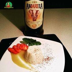Panna cotta dengan amarula liquor dan saus mangga
