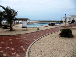 Area social al pie del mar con piscinas para adultos y ninos