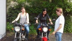 Meitenes un motocikli