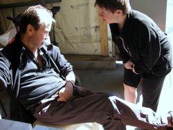 Elisabeth måtte vise Rolf det flotte skrubbsåret hun hadde på kneet ;) !