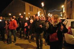 La procession arrive au village