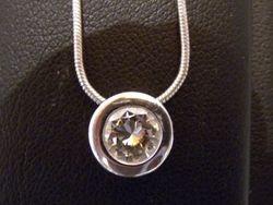 18ct gold doughnut pendant