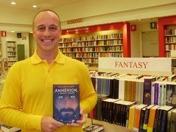 Lo scrittore all'interno della Mondadori di Milano nella sezione Fantasy