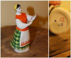 Statulele Mergina su arbatiniu. Kaina 32