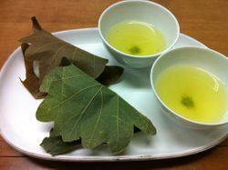Sencha with omochi wrapped in leaves