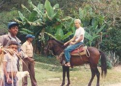 Gilberto cabalgando en La Cienega
