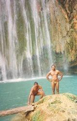 Los hermanos nadando en la cascada