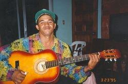 Miguel tocando la guitarra