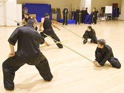 Sifu Chen Yong Fa demonstrando técnica de bastão.