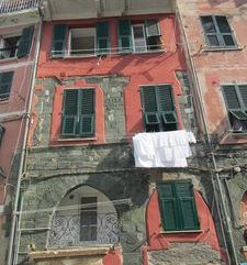 "ours.jpg alt=womens travel, washing out to dry main square, vernazza, cinque terre, italy"">"