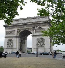 "src=""australian womens travel.jpg alt=womens travel,arch du triomphe , paris france """
