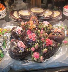 "womens tours.jpg alt=womens travel, window display of chocolate, florence"">"
