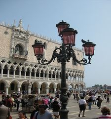 "womens tours.jpg alt=womens travel, doges palace and street light, venice"">"