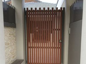 Random vertical slatted gate