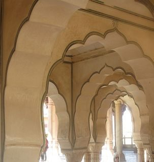 "src=""australian womens travel.jpg alt=womens travel,beautiful arches, amber fort , India"