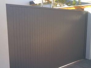 Vertical sliding gate butted