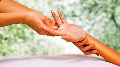 massage des mains aux huiles