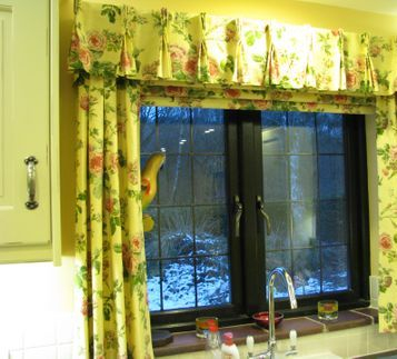 Gorgeous Roman blind complete with Dress Curtains and Pelmet to match other curtains in the room with Pinch Pleats!  The Roman Blind has a Chain Mechanism which allows the Roman to stay at any height without fitting a Cleat.