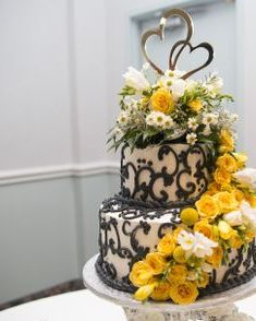 Wedding cake flowers of yellow and white
