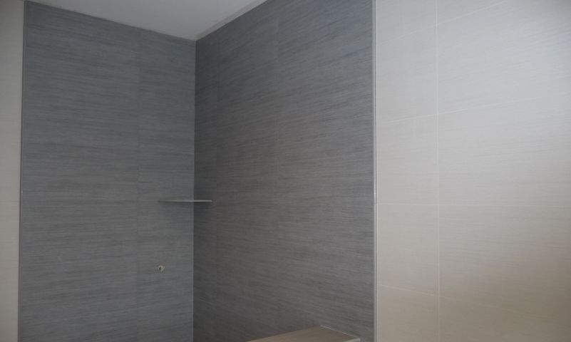 Bullnose walk-in shower