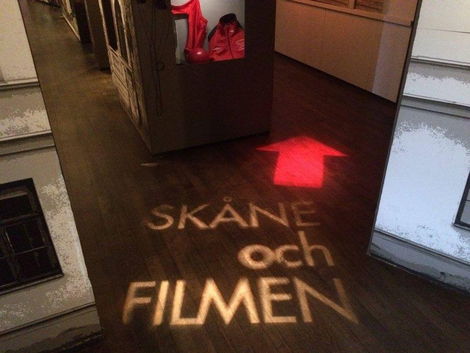 Textprojektion på golvet visar vägen.